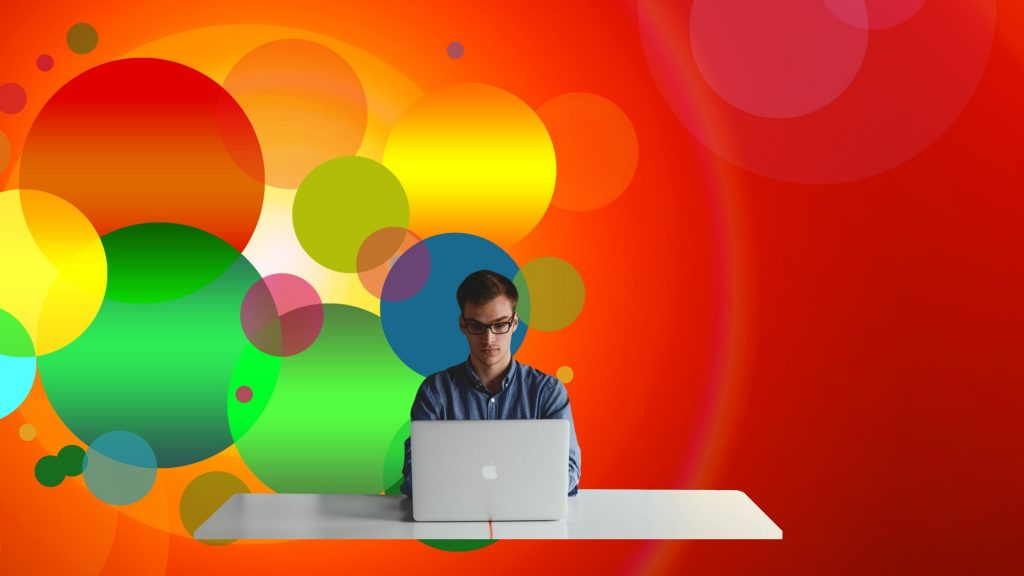 אדם חושב מול מחשב - בלוג פרודוקטיביות דיגיטלית