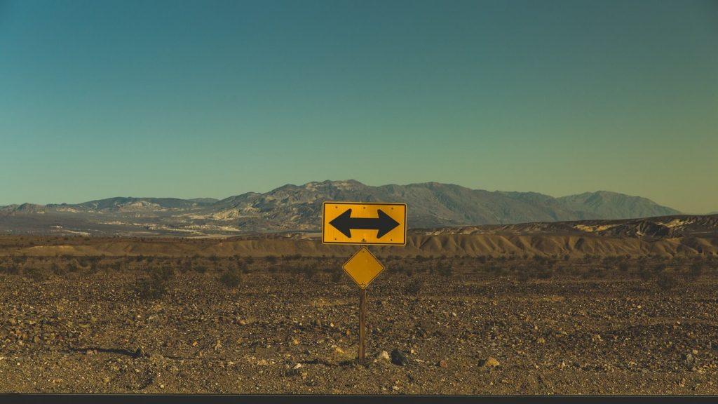 דרך מדברית - חצים ימינה ושמאלה, עברית באינטרנט